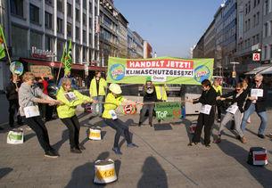 BUND-Aktive protestieren in Hannover mit symbolischem Tauziehen gegen das lasche niedersächsische Klimaschutzgesetz.