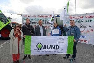 Der Landesvorsitzende Heiner Baumgarten (Mitte) nahm zusammen mit dem BUND Wilhelmshaven an der Aktion teil
